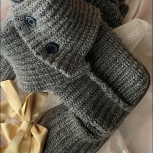 GRAY KNITTED TALL UGGS. SIZE 8.